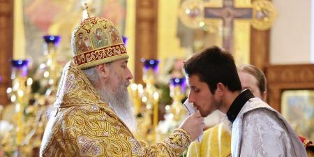 Які функції приписує Церква дияконам, як називається дияконське облачення та чим диякон відрізняється від священства?