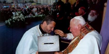"""о. Орест Фредина: """"Папа подарував нашій парафії чашу з дискосом і освятив храм водою. Це єдина церква в Україні освячена Папою Римським"""""""