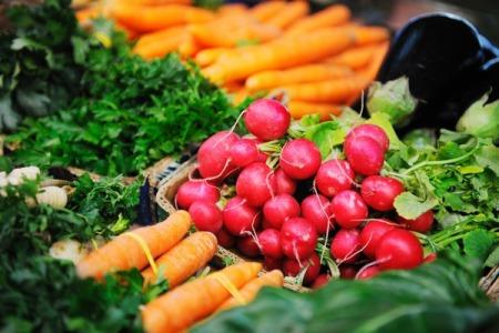 Чим загрожують нашому здоров'ю такі привабливі весняні овочі та фрукти?