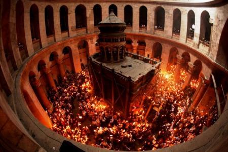 Чи потрібно католику вірити у сходження Благодатного вогню?