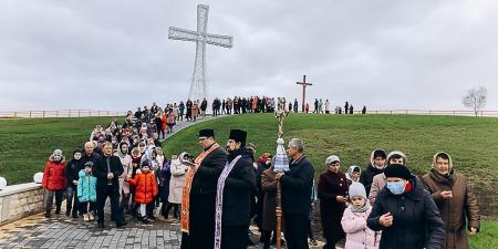 """В """"Центрі паломника бл. Симеона Лукача"""" встановлено один з найбільших хрестів в Україні"""