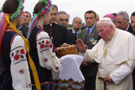 В день приїзду Йоана Павла ІІ, у святу НЕДІЛЮ на Майдан НЕЗАЛЕЖНОСТІ міська рада вивезла КАМАЗИ рити землю...
