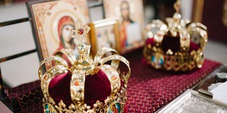 В шлюбі чоловік і жінка, залишаючись собою, єднаються в єдине ціле за принципом єднання Осіб Пресвятої Трійці