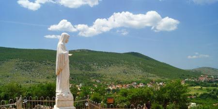 """Богородиця з Меджугор'я:""""Повторюю вам, дітоньки, що молитвою та постом і війни можна стримати""""."""