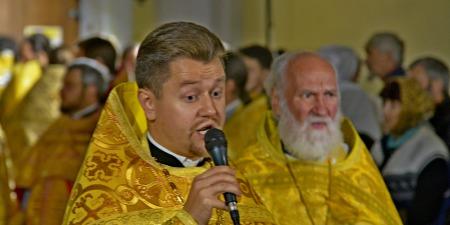 """Священник із Вінниці започаткував пісенний челендж до 50-ліття пісні """"Червона рута"""""""