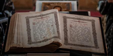Що треба знати про Акафісти та як правильно їх молитися?
