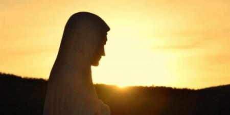 """Богородиця з Меджугор'є:""""Дітоньки, не дозвольте згасити вашої віри й надії на краще майбутнє, бо ви є вибрані бути свідками надії при кожній можливості""""."""