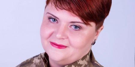 """""""Як місцева жителька вважаю своїм обов'язком допомагати"""", - сказала військовому Олена Єрохіна"""